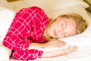 @Pillow_sleeping-woman-side-min